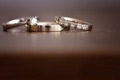 Fedi nuziali isolate dell'oro bianco Fotografia Stock