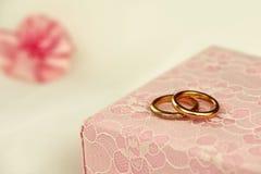 Fedi nuziali su un contenitore di regalo rosa Fotografie Stock Libere da Diritti