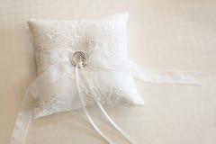 Fedi nuziali su un cuscino bianco dell'anello Immagine Stock Libera da Diritti