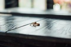 Fedi nuziali su un pavimento di legno Fotografia Stock