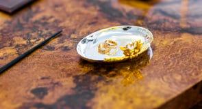 Fedi nuziali su un piatto d'argento Immagine Stock Libera da Diritti