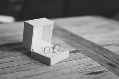 Fedi nuziali su una struttura di legno leggera in una scatola blu Nozze J Immagini Stock Libere da Diritti