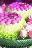 Fedi nuziali sui fiori nello stile d'annata Fotografie Stock