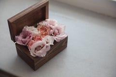 Fedi nuziali sui fiori in vecchia scatola di legno rustica per cerimonia di nozze Fotografia Stock Libera da Diritti
