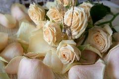 Fedi nuziali sui precedenti dei fiori Immagini Stock Libere da Diritti