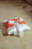 Fedi nuziali sul cuscino del regalo Fotografia Stock Libera da Diritti