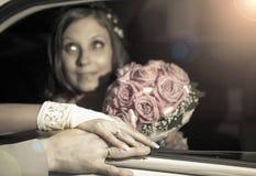 Fedi nuziali e mani sul mazzo di nozze foto stock 126 for Disegni del mazzo del secondo piano