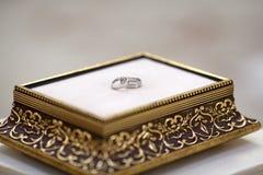 Fedi nuziali sulla scatola classica di lusso prima di cerimonia dell'interno immagine stock libera da diritti