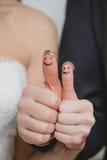 Fedi nuziali sulle loro dita dipinte con Fotografia Stock