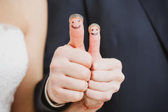 Fedi nuziali sulle loro dita dipinte con Immagini Stock
