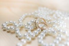 Fedi nuziali sulle perle fotografia stock libera da diritti