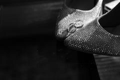Fedi nuziali sulle scarpe della sposa nozze decorazione Pattini del `s della sposa Le scarpe e gli anelli della sposa di nozze Pa immagini stock libere da diritti