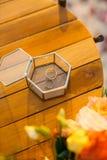 Fedi nuziali in una scatola di vetro per gli anelli Fotografie Stock Libere da Diritti