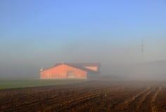 feding农场的抽象迷离红色谷仓有蓝天的在冬天 免版税库存照片