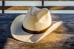 Fedora-Hut auf Holztisch Lizenzfreies Stockbild