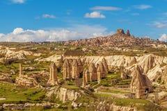Fee bringt Steinklippen- und Uchisar-Natursteinfestung unter lizenzfreies stockfoto