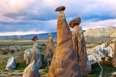 Fee bringt Steinklippen unter lizenzfreie stockfotografie