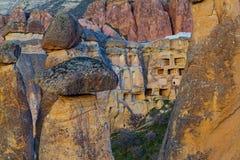 Fee bringt Steinklippen unter lizenzfreie stockbilder