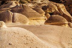 Fee bringt Steinklippen unter lizenzfreies stockfoto