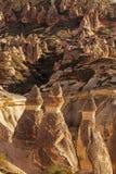 Fee bringt Steinklippen unter lizenzfreie stockfotos