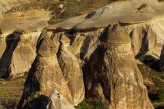 Fee bringt Steinklippen unter lizenzfreies stockbild