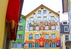 Fee het schilderen op de muur van een huis in Luzerne in Zwitserland Royalty-vrije Stock Foto's
