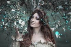Fee-staart bosnimf die kroon, mooie sexy vrouw bij de lentetuin dragen, uitstekende dromerige manierstijl royalty-vrije stock afbeelding
