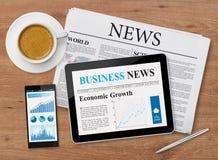 Feed noticioso em dispositivos móveis Imagens de Stock Royalty Free
