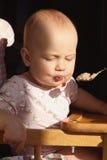 feeding Baby die Diner eten stock afbeelding