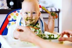 feeding Het Eerste Stevige Voedsel van de baby royalty-vrije stock afbeelding