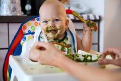 feeding Primer alimento sólido del bebé imágenes de archivo libres de regalías