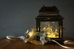 feelichten en maskerade Venetiaans masker royalty-vrije stock foto