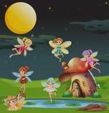 Feeën die over het huis bij nacht vliegen Royalty-vrije Stock Foto's