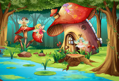 Feen, die um Pilzhaus fliegen Lizenzfreie Stockfotos