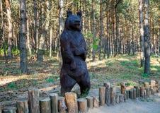 Feenhafte Bärn-Skulptur, Nelzha-Vergnügungspark, Voronezh-Region lizenzfreie stockbilder
