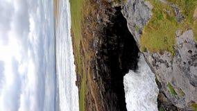 Feenhafte Brücken, eindrucksvolle Steinbögen nahe Tullan-Strang - Grafschaft Donegal, Irland stock video footage