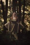 Feenhafte Frau, welche die Stimme des Waldes hört lizenzfreie stockfotografie