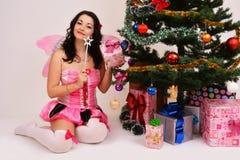 Feenhafte junge Frau mit magischem Stab Lizenzfreie Stockbilder
