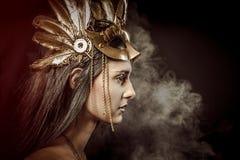 Feenhafte Königin, jung mit goldener Maske, alte Göttin Lizenzfreies Stockfoto