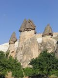 Feenhafte Kamin-Felsen-Anordnungen in Cappadocia, die Türkei Lizenzfreie Stockfotos