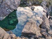 Feenhafte Pools mit Wasserfall Das Flussgebrüll majestatic Glen Brittle stockfoto