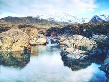 Feenhafte Pools mit Wasserfall Das Flussgebrüll majestatic Glen Brittle stockfotos