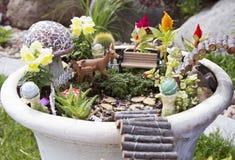 Feenhafter Garten in einem Blumentopf draußen stockfoto