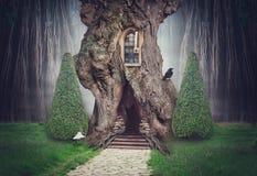 Feenhaftes Baumhaus im Fantasiedunkelheitswald stockfoto
