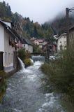 Feenhaftes Dorf: Fluss, Wasserfälle, Nebel Stockfoto