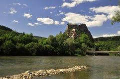 Feenhaftes Schloss über Fluss Stockfotografie