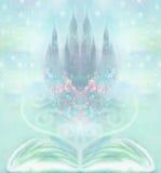 Feenhaftes Schloss, das vom Buch erscheint Stockfoto