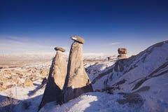 Feeschoorstenen in Cappadocia, Turkije de drie schoonheden in Urgu Stock Fotografie