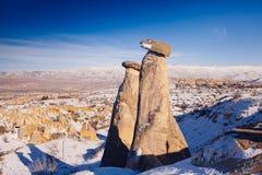 Feeschoorstenen in Cappadocia, Turkije de drie schoonheden in Urgu Royalty-vrije Stock Afbeelding
