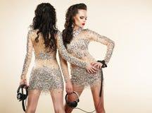 Feest. Het knuppelen. Twee Vrouwen in Glanzende Zilveren Kleding met Bergkristallen royalty-vrije stock foto